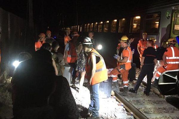 Près de 300 passagers ont connu une nuit de galère jeudi 27 juin, bloqués dans un train entre Paris et Clermont-Ferrand.