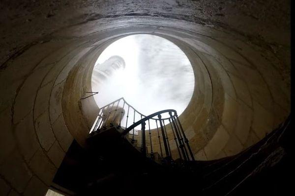 Le vent soufflait fort ce week-end au phare de Cordouan, l'un des gardiens a bravé la tempête pour filmer quelques séquences en extérieur