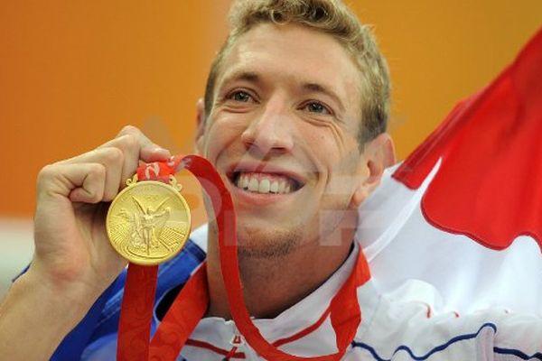 Alain Bernard médaillé d'or lors du 100 mètres de nage libre.