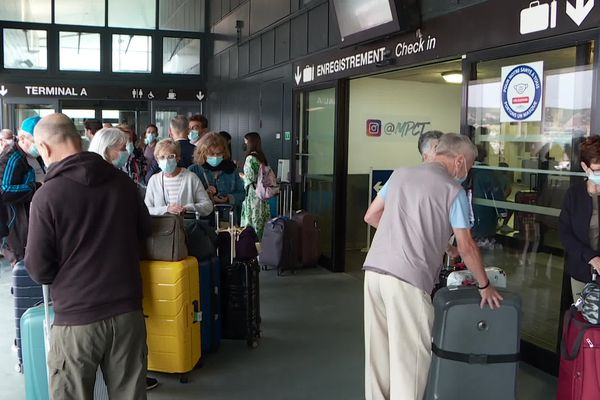 Des croisiéristes attendent d'embarquer à bord du Costa Smeralda