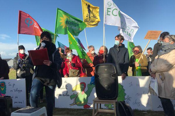 Les manifestants se sont retrouvés devant le champ Gretz pour s'opposer au projet Tropicalia.