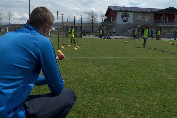 Les jeunes footballeurs du club de Rumilly (Haute-Savoie) sont fiers de porter le maillot bleu après la victoire de leurs aînés.