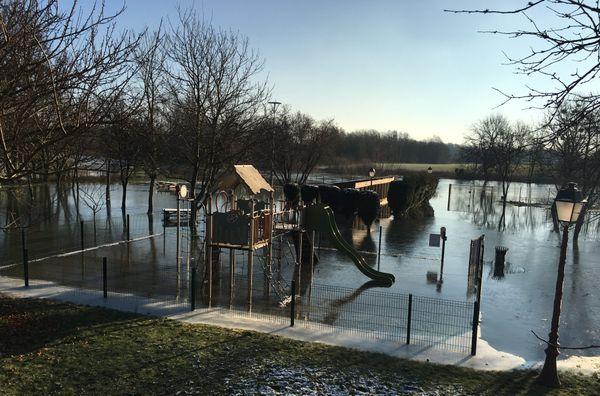 La nature en mode pause, le temps d'une vague de froid sur les terres inondées. Le parc de jeux de Warcq Ardennes.