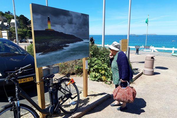 Sur le front de mer à Perros-Guirec, des photos de Philip Plisson. L'exposition suscite des avis partagés et ne fait pas l'unanimité