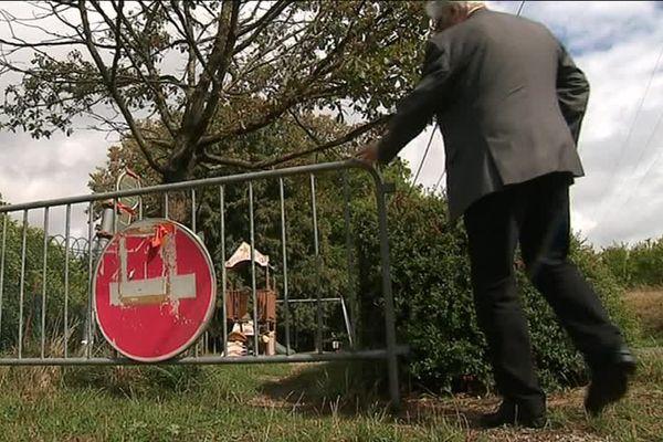 L'accès à l'aire de jeu située à l'entrée de la zone a été interdit par mesure de sécurité.