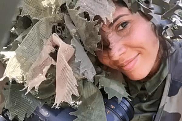 Notre JRI Saana Hasnoui s'est pliée à l'exercice du camouflage pour pouvoir suivre Damien Rouget en toute discrétion