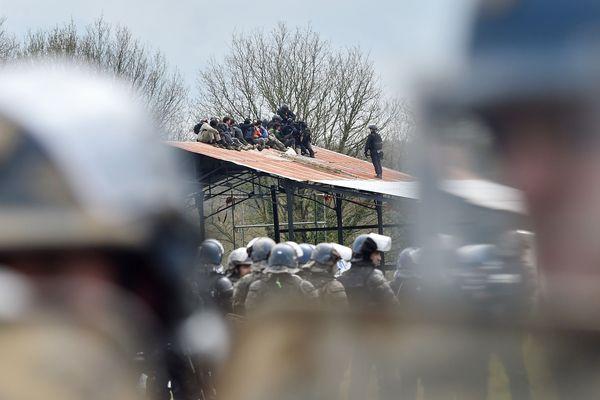 Les opposants sur le site des 100 Noms face aux gendarmes mobiles