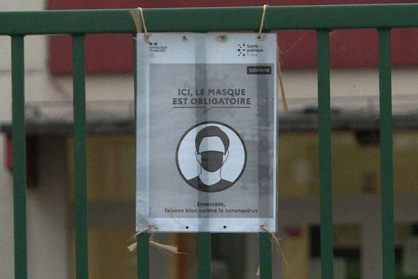 Port obligatoire du masque affiché à l'entrée des établissements scolaires