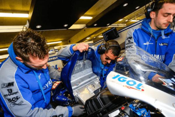 Team Viltaïs : David Laplane et ses mécaniciens dans le stand