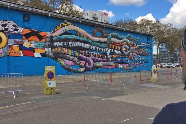 Rouen Avril 2016- L'artiste Brusk regardant son oeuvre éphémère réalisée sur les murs du hangar 11, à l'endroit choisi pour construire la nouvelle station régionale de France 3 Normandie