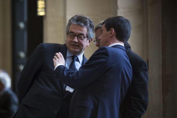 Salle des 4 colonnes de l'Assemblée nationale : Alain Claeys en discussion avec Manuel Valls.