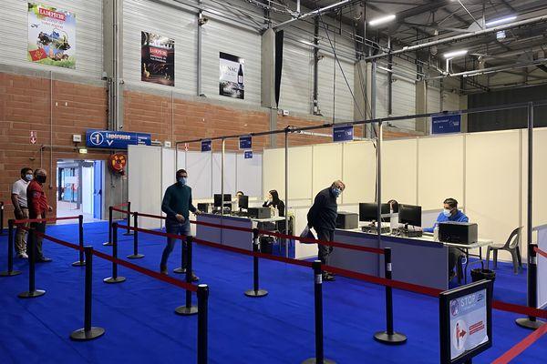 Les 2.400 m2 du Hall 2 du Parc des Expositions d'Albi peuvent accueillir jusqu'à 2.000 patients par jour.