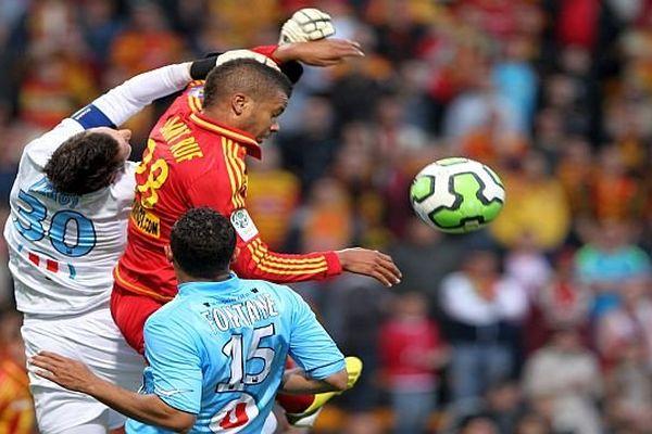 Le défenseur lensois, Nicolas Saint-Ruf, (en rouge) engagé par le MHSC - 2014