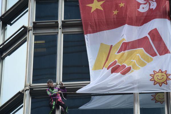 """Le """"spiderman français"""" a déployé une """"banderole de la paix"""" sur un gratte-ciel hongkongais."""