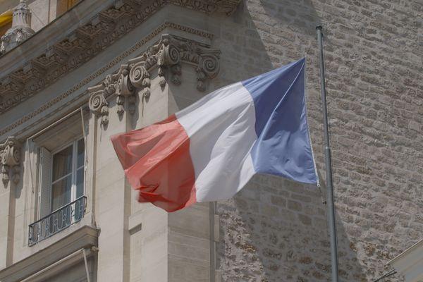 Il flotte le même drapeau partout sur le territoire français.