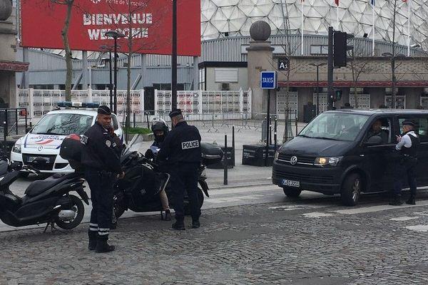 Des policiers, postés à un point de contrôle.