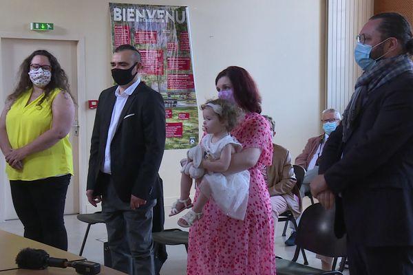 """Parents, marraine et parrain entourent la petite Fanny pour son """"parrainage républicain"""" à la mairie de Bordeaux-Caudéran."""