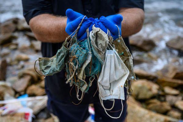Selon l'organisation environnementale OceansAsia, plus de 1,5 milliard de masques se sont retrouvés dans les océans en 2020