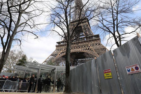 Une partie du personnel de sécurité de la Tour Eiffel s'est mis en arrêt de travail. Le monument ne peut ouvrir ses portes vendredi 13 avril.