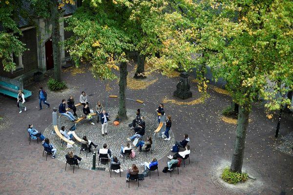 Un cour de sciences du vivant en plein air dans la ville de Middelbourg, aux Pays-Bas.