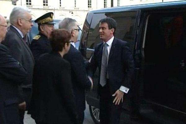 Manuel Valls arrive à l'hôtel de région d'Orléans, le 6 février 2015.