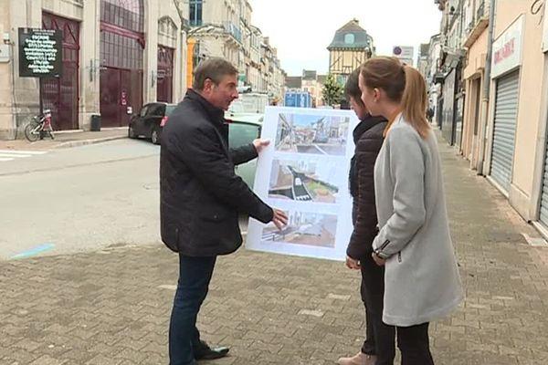 Le maire LR Philippe Borde présentant le projet de requalification du centre-ville de Bar-sur-Aube à des administrées.