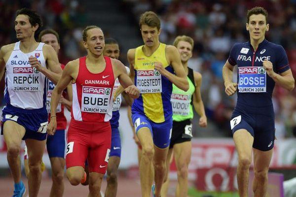 À droite, Pierre-Ambroise Bosse durant la finale du 800 mètres des Championnats européens d'Athlétisme de Zurich en août 2014.
