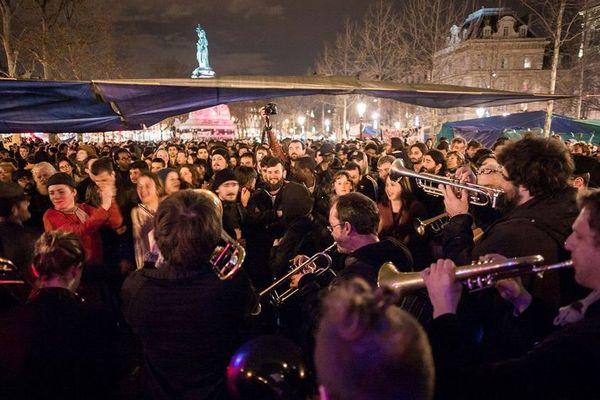 """Une fanfare, pour la cinquième """"Nuit debout"""", place de la République, à Paris, le 4 avril 2016."""