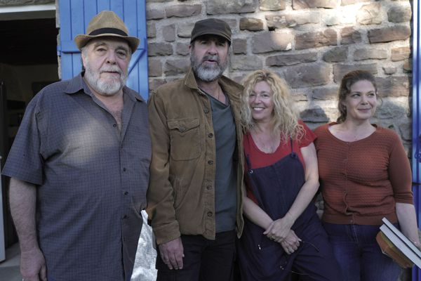 Stéphanie Murat, la réalisatrice, entourée des comédiens de l'épisode de la série le Voyageur réalisé à Fontenoy-le-Château dans les Vosges.