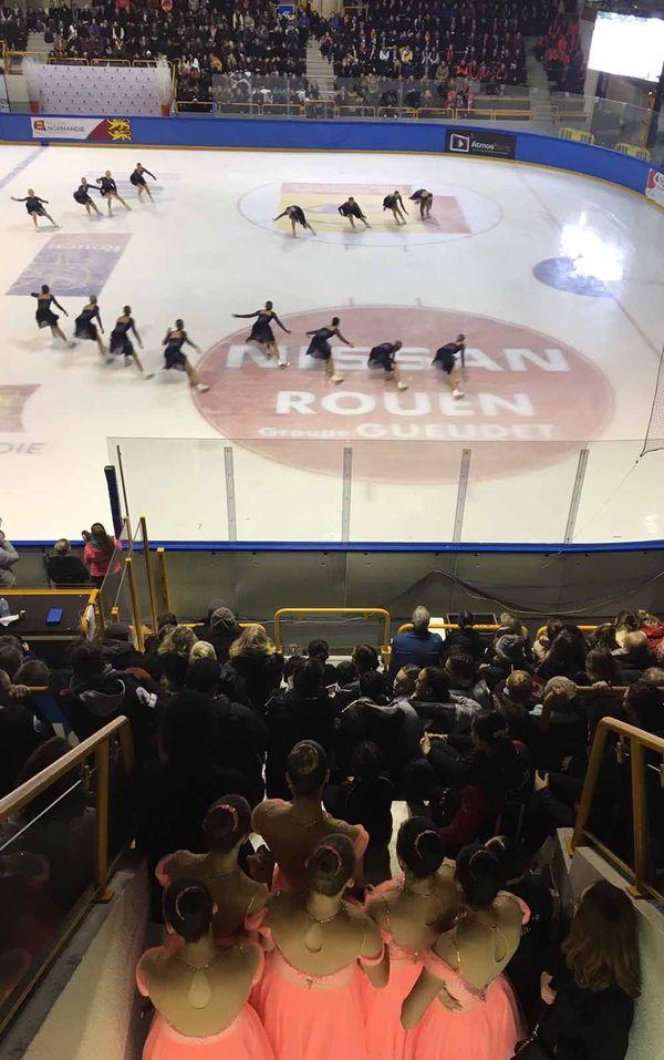 Les patineuses russes regardent une équipe finlandaise en finale Senior (février 2019)