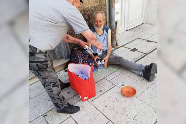 Serge Ducasse encourage les habitants à distribuer des bouteilles d'eau aux sans-abris.