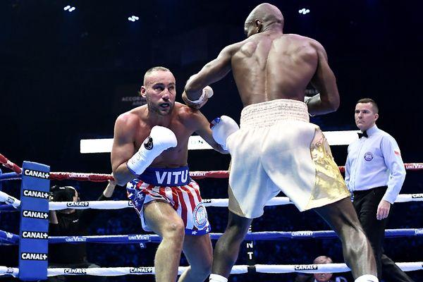 Cédric Vitu (à gauche) face à Michel Soro, pour le championnat WBA Gold des super-welters, le 15 novembre à l'Accorhotel Arena de Paris.