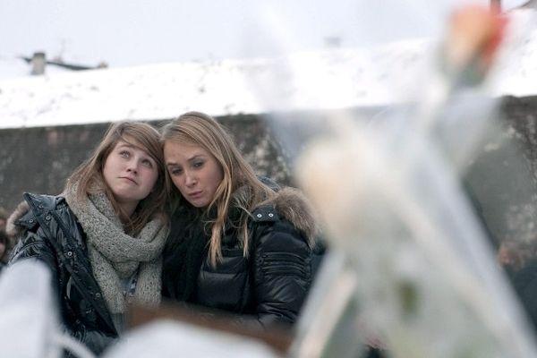 Emotion et recueillement des lycéens devant le lieu où a été retrouvé le corps de Pierre Nasica le 1er décembre 2010