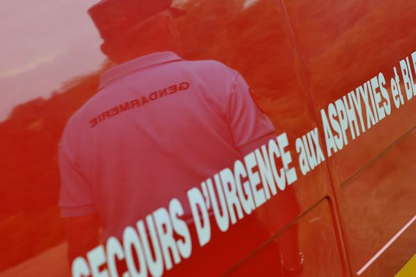 Les pompiers sont intervenus avec le renfort de l'hélicoptère de la sécurité civile à Charbonnières-les-Varennes
