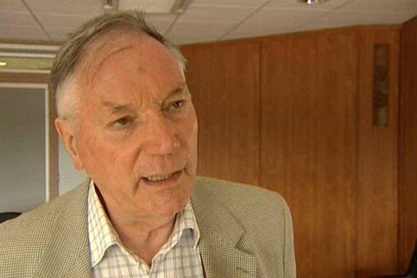Jean Esmonin  est réélu de justesse pour un troisième mandat.