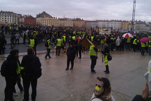 La manifestation régionale des gilets jaunes a démarré à Lyon, samedi 2 mars, malgré la pluie