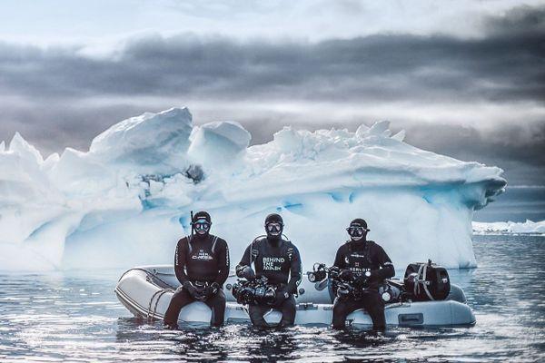 L' apnéiste Guillaume Néry, le photographe Greg Lecoeur et le cameraman Florian Fisher dans l'Antarctique.
