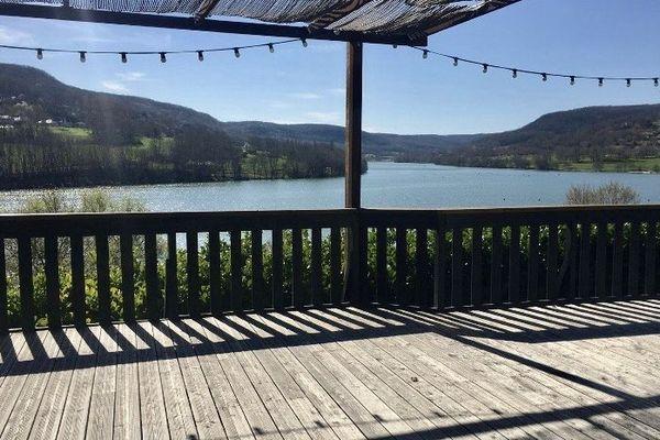 Première visite de Camille, future mariée À Fleur d'Eau, conquise par la vue sur le lac de Chasteaux
