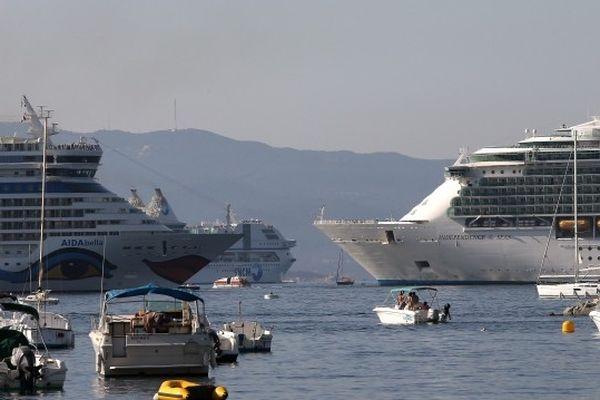 08/2012 - Trafic maritime dense dans le golfe d'Ajaccio avec l'arrivée des géants des mers.
