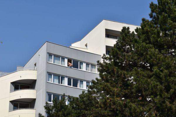 29 avril 2020, en plein confinement total, s'asseoir sur le bord de la fenêtre est la seule échappatoire pour prendre un peu l'air, dans cette résidence étudiante proche de la gare de Grenoble