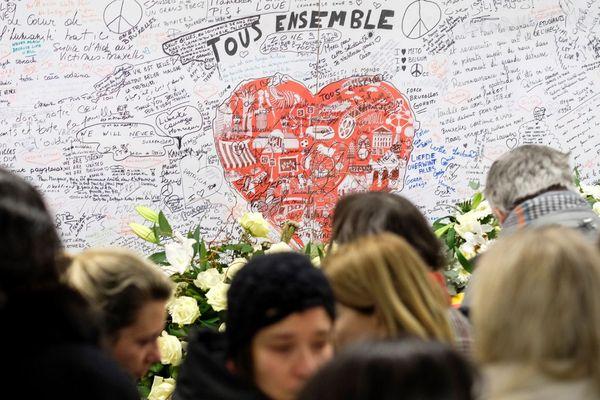 Des personnes rassemblées le 22 mars 2018, à la station métro de Maelbeek à Bruxelles, deux ans après les attentats qui ont touchés la capitale belge.