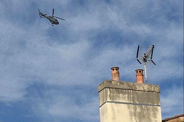 L'appareil, un hélicoptère gris avec l'inscription Armée de l'air, survole Bordeaux et les communes voisines depuis mardi 7 décembre. Parfois encore plus près des habitations que sur ce cliché d'après de nombreux témoignages.
