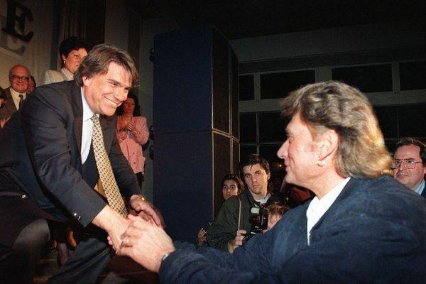Bernard Tapie tête de liste Energie Sud en Paca en 1992 reçoit le soutien du chanteur Johnny Hallyday.