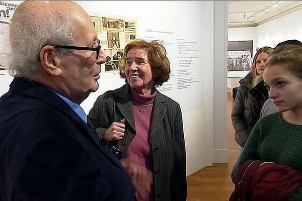 Serge et Beate Klarsfeld font visiter l'exposition qui leur est consacrée à des élèves du lycée Roland-Garros, le mercredi 23 janvier 2019 à Nice