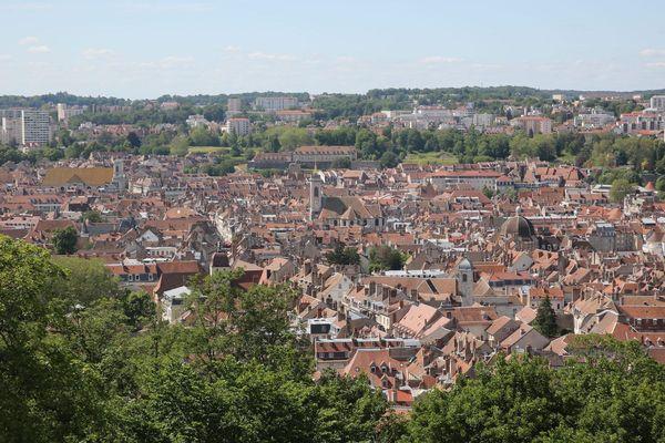 La ville de Besançon compte près de 116 000 habitants.