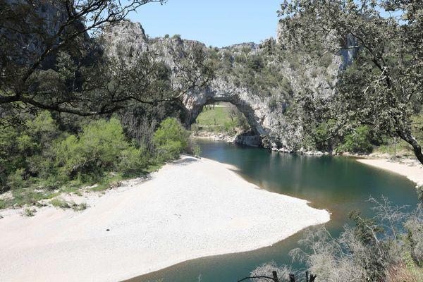 Situé à l'entrée des Gorges de l'Ardèche, le Pont d'Arc est un incontournable touristique du département. Le tourisme est le deuxième secteur d'activité économique du département.