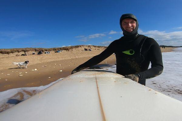 Dès qu'il le peut, Christophe troque son aube de prêtre pour une combinaison de surf.