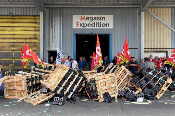 Blocage du magasin d'expédition pour empêcher les sorties des pièces destinées à Renault, le 4 juin 2020.