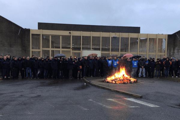 120 surveillants et personnels du centre pénitentiaire de Moulins-Yzeure ont bloqué l'accès à la prison ce mardi 16 janvier.