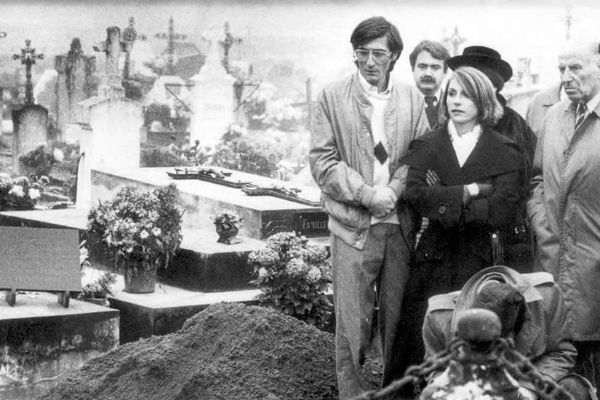 La fille de Robert Boulin, Fabienne et son frère décédé depuis, lors de l'inhumation du corps du ministre à Villandraut, dans le Sud Gironde.